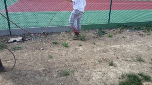 Application de peinture aux bords de terrain de tennis