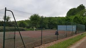 Terrain de tennis en mauvaise état