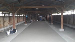 Coulage du béton dans un hangar