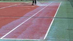 Application de peinture court de tennis