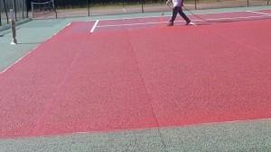 Application de peinture sur le court de tennis