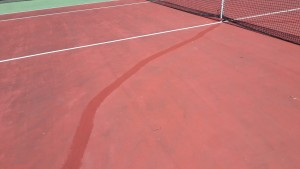 Réparation des fissures sur un court en résine