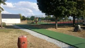Allée PMR devant un court de tennis