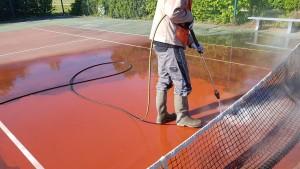 Tennis en résine en cours de nettoyage