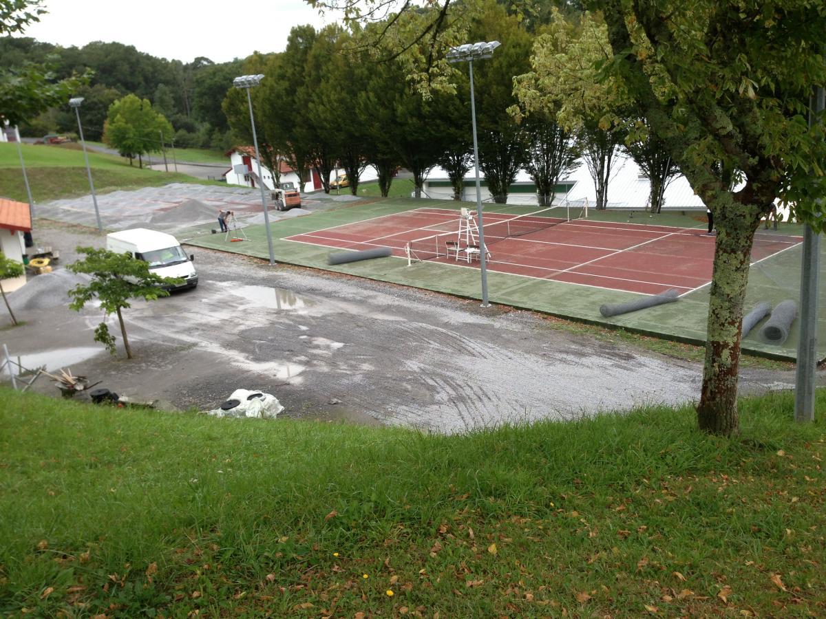 Agrandissent de terrain de tennis